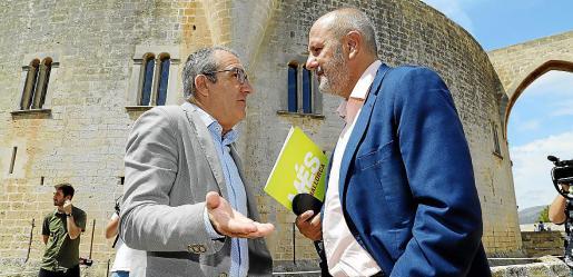 Yllanes y Ensenyat conversando el sábado en Bellver, antes de firmar el pacto.