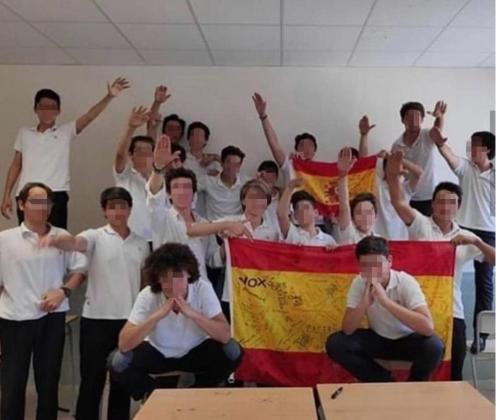Imagen de un grupo de alumnos realizando el saludo fascista.
