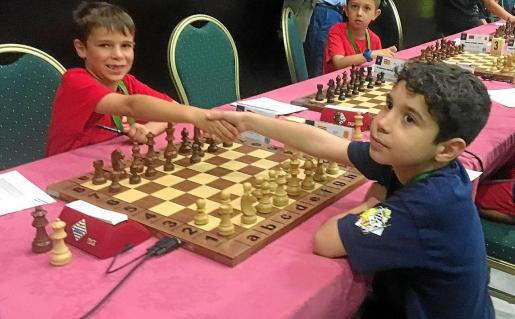 Pau Roig, a la izquierda, da la mano a su rival poco antes de comenzar una partida.