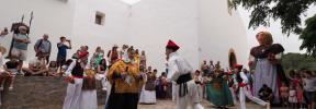 Una payesa gigante con zapatos nuevos en las fiestas de Sant Joan