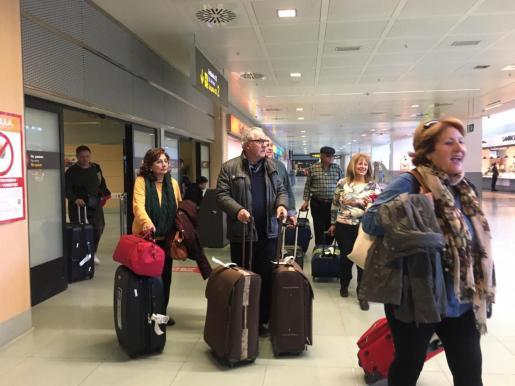 Imagen de archivo de turistas del Imserso llegando al aeropuerto de Ibiza.