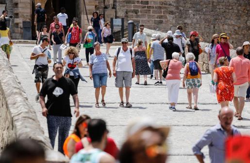 Turistas en la ciudad de Ibiza.