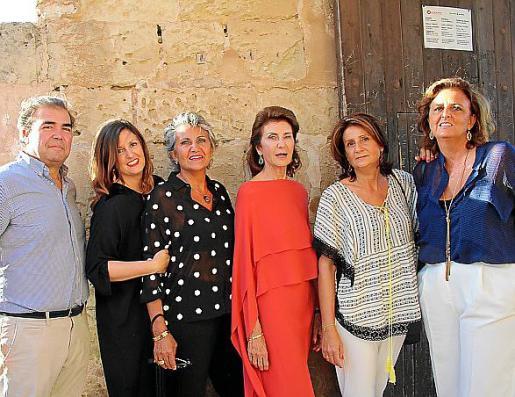 Fernando Robledo, María Obrador Planas, Lourdes, Carmen, María José y Cristina Planas.