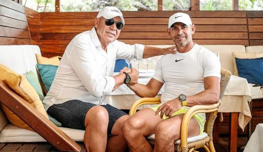 Juan Mesa 'Labi' y Paco Jémez, entrenador de Rayo Vallecano, se estrechan la mano en el Malibú Beach Club.