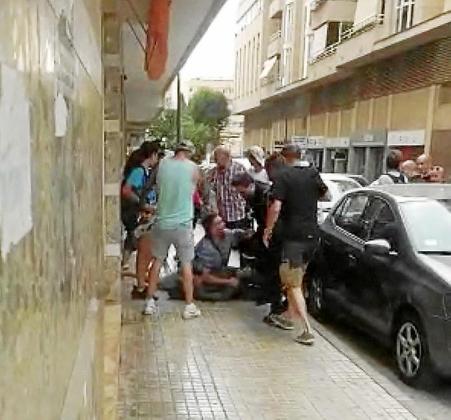 Los agentes fuera de servicio redujeron y retuvieron al individuo poco después de encañonar a un hombre en la calle Agapito Llobet.