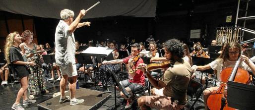 La Orquesta Juvenil del Patronato, en un ensayo ayer con uno de sus profesores.