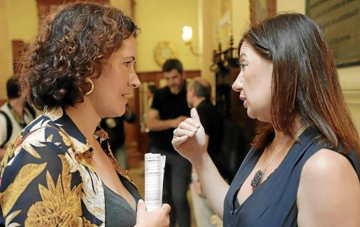 Armengol (derecha) conversa con la diputada de Gent x Formentera, Silvia Tur, ayer en el pasillo del Parlament.