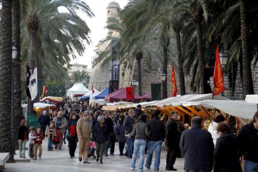 El Passeig Sagrera acoge, como es habitual, el mercadillo de oficios artesanos.