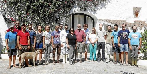 Pedro Seguí Soloaga junto a Jaume Verdera en el centro de la foto junto al resto de personas que trabajan en la finca de Alcaidús.