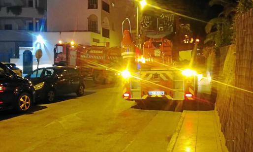 Los bomberos recibieron el aviso del incendio en un primer piso a las 03.30 horas.