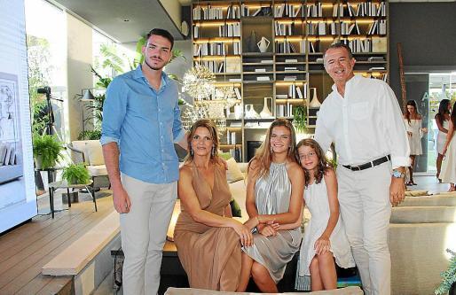 Martín de Chavarría, Mariana Muñoz, Laura, Paola y Daniel de Chavarría.