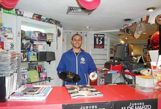 Manu González en una de las tiendas 'Delta Discos' de Eivissa.