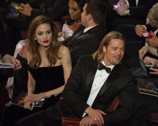 Foto facilitada por la Academia de Arte y Ciencias Cinematográficas de Hollywood (AMPAS), que muestra a la actriz estadounidense Angelina Jolie (i) y a su pareja, el actor estadounidense Bratt Pitt (d), durante la transmisión de la 84 edición de la ceremonia de entrega de los prestigiosos premios Óscar.