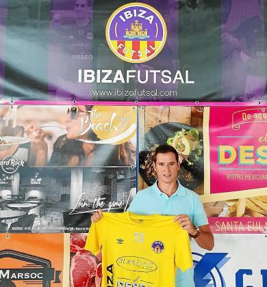Juanan Torres posa con la camiseta del Ibiza Harinus Futsal.