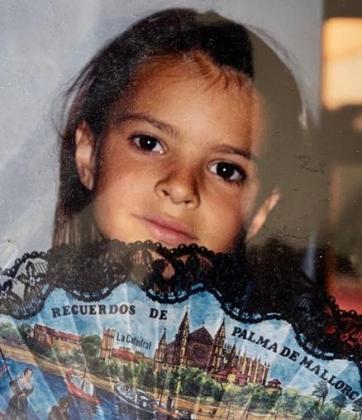 Emily Ratajkowski, durante unas vacaciones en Mallorca cuando era niña.