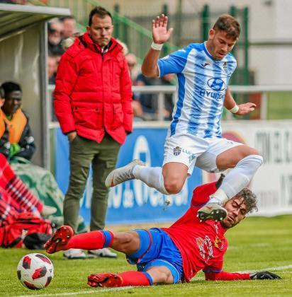 Kike López salva la entrada de un jugador del Teruel durante un partido del Atlètic Balears de la temporada pasada.