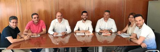 El jueves pasado se rubricó el acuerdo entre PP y Cs para gobernar en el Consell d'Eivissa. Rostros de satisfacción excepto el de uno de los presentes, José Luis Rodríguez (3º derecha).