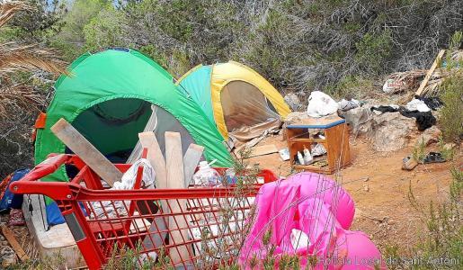 Agentes de la Policía Local y servicios de limpieza retiraron los enseres presentes en los diferentes asentamientos.