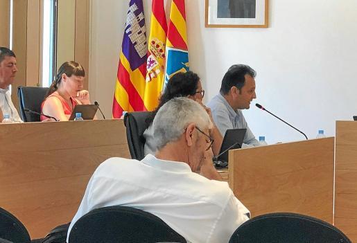 Pep Marí, de espaldas, escucha al portavoz de Sa Unió, Llorenç Córdoba, mientras se debatía su posible incompatibilidad.