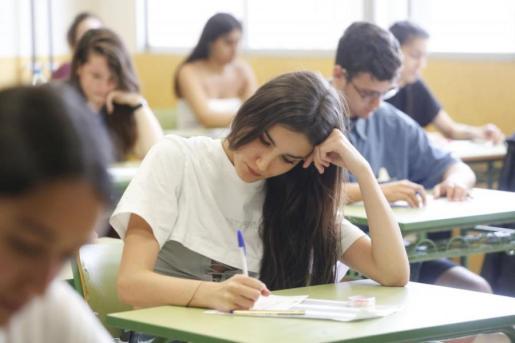 Una alumna hace el examen de acceso a la universidad en Ibiza