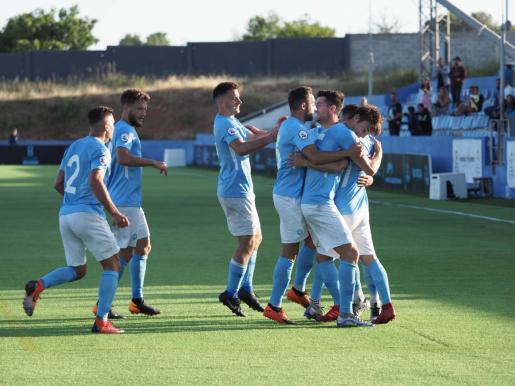 Los jugadores de la UD Ibiza celebran un gol durante la pasada campaña.