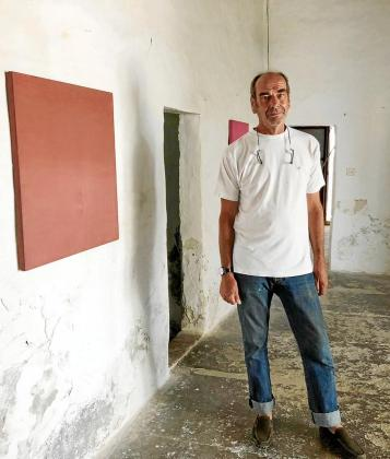El conocido artista belga Michel Mouffe, con algunos de sus cuadros en Sa Senieta, Formentera.