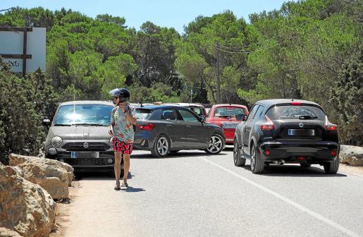 Los coches invaden parte del carril y dificultan la circulación por la zona.