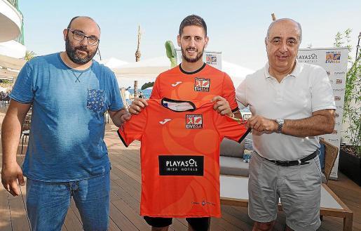 Hugo Suárez, Marc Sánchez y Jesús Prieto, con la camiseta del HC Eivissa.