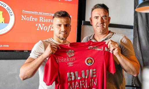 Nofre Riera y Sergio Tortosa posan con la camiseta del CD Ibiza durante la presentación del jugador en las instalaciones de Ibizkus.