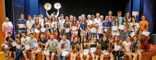 Los participantes de la VI Trobada Orquestral posan tras la entrega de diplomas.