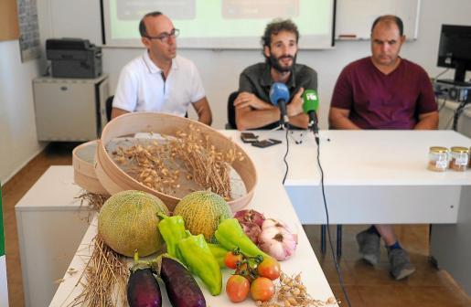 Un bodegón con productos de Ibiza tras el que están, desde la izquierda, José Soriano, Adrián Díaz y Toni Planells.