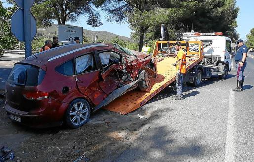 El vehículo en el que circulaba la mujer con dos menores fue golpeado por el camión.