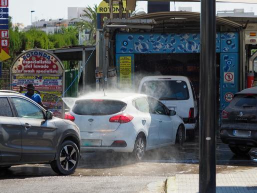 Colas para lavar el coche en un lavadero de Ibiza.
