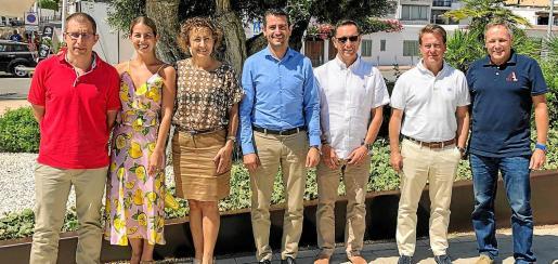 El alcalde, Marcos Serra, junto a los hoteleros de Sant Antoni y el comandante jefe de la Guardia Civil, Enrique Gómez Bastida.