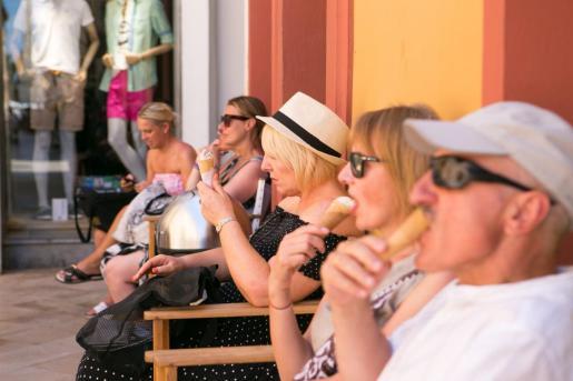 Turistas comiéndose un helado.