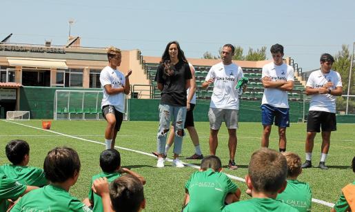 Inés Juan, en el centro de la imagen, departe con los participantes del campus.