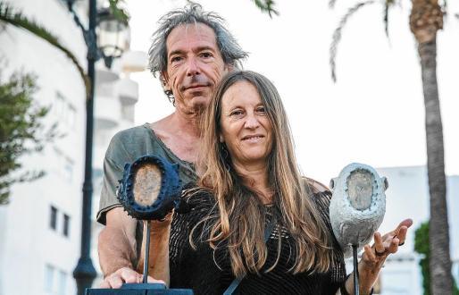 La pareja de artistas El.Rol.Artworks junto a algunas de las obras de Santa Eulària.