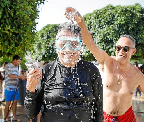 La fiesta fue muy divertida y entretuvo tanto a pequeños como a mayores, que se refrescaron mientras se divertían.