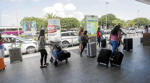 Turistas recién llegados al aeropuerto de Ibiza.