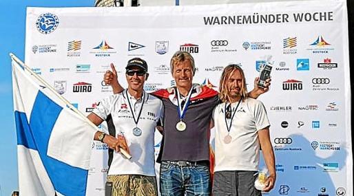 Büchau, en el centro, posa en uno de los podios.