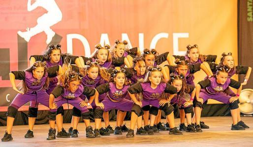 Diferentes momentos del campeonato de danza, ayer, en Santa Eulària.