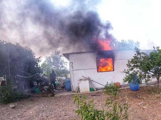 Momento del incendio en un garaje de Ibiza.