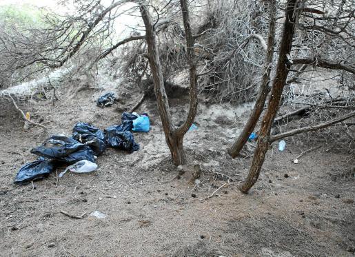 Los vendedores ambulantes no tienen respeto por el medio ambiente y la seguridad alimentaria y guardan lo que venden en zulos en las dunas.