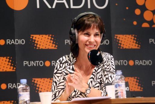 Concha García Campoy, durante uno de sus programas de radio realizados desde Palma.