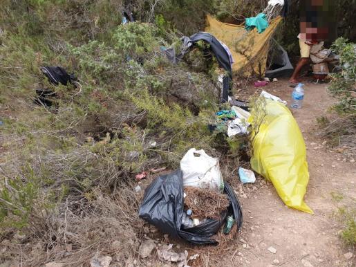 Basura retirada en una de las acamapadas ilegales en Sa Talaia.