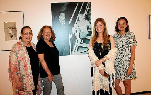 Edith y Meta Shaw; la autora del libro, Lorie Karnath; y Clara Capó.