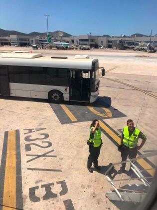 La guardia civil esperaba a los pasajeros a su llegada al aeropuerto de Ibiza