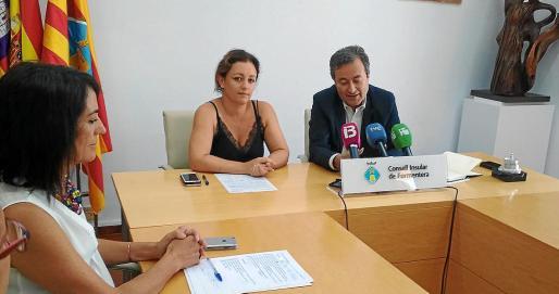 La presidenta del Consell de Formentera, Alejandra Ferrer, junto al presidente de la APB, Joan Gual de Torrella.