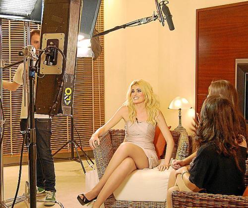 Imagen de Adriana Abenia durante una grabación.