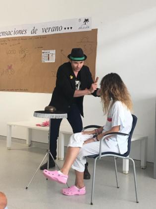 Actuación del mago Paco Araque en Psiquiatría, dentro de la iniciativa Plantagrama.
